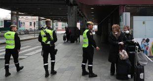 Miembros de la Unidad de Emergencia Militar en la estación de tren de Atocha