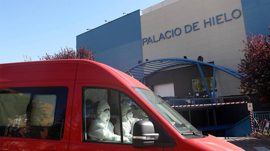 Miembros del ejército español usan trajes protectores y trasladan los cadáveres al Palacio de Hielo, que se está utilizando como morgue durante el brote de la enfermedad por coronavirus (COVID-19) en Madrid, España, 26 de marzo de 2020.