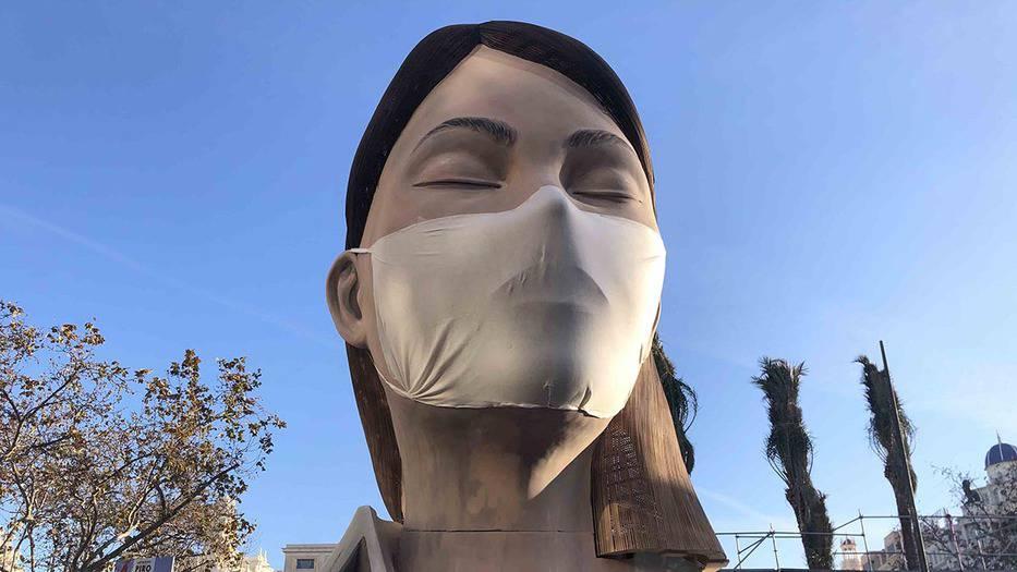 Remate de la falla municipal de Valencia, a la que esta mañana los artistas Manolo Martín y José Ramón Espuig le han colocado una mascarilla. Foto: Patricia Arias.