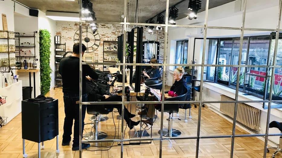 Las peluquerías reclaman el cierre por decreto, para garantizar la seguridad sanitaria, así como el acceso a las mismas ayudas que otros establecimientos. Foto de Alcocer 1 Estilistas en Madrid.