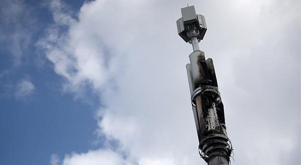 El mástil de una torre de telecomunicaciones quemado en Birmingham, Reino Unido