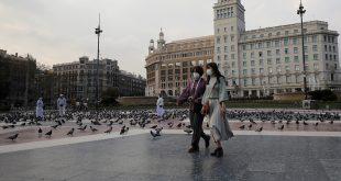 Dos mujeres caminan por la Plaza de Cataluña, en Barcelona