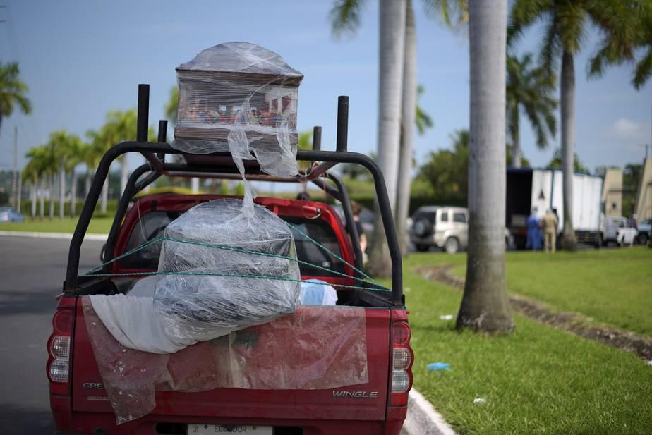 Dos ataúdes en una camioneta, afuera de un cementerio, durante el brote de la enfermedad por coronavirus (COVID-19), en Samborondon, Ecuador / Foto  REUTERS / Vicente Gaibor del Pino
