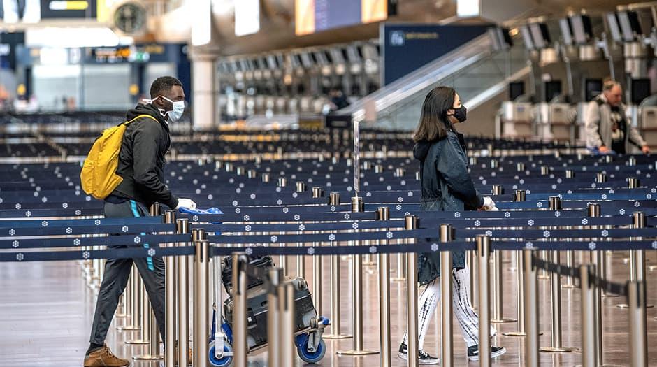 Pasajeros en el aeropuerto de Arlanda, en el norte de Estocolmo, 9 de abril de 2020