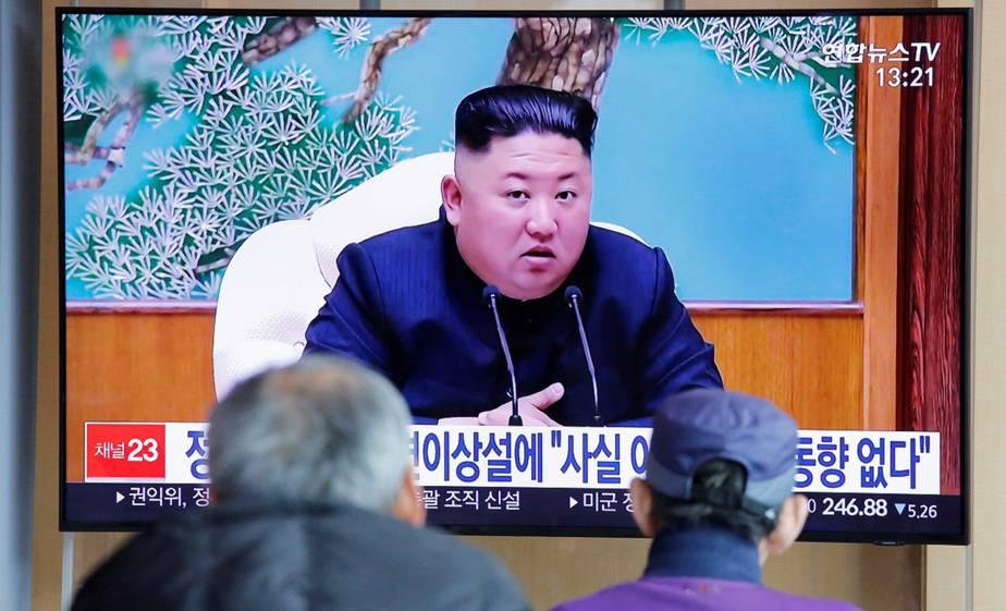 La gente de Corea del Sur mira una televisión transmitiendo un informe de noticias sobre el líder norcoreano Kim Jong Un en Seúl, Corea del Sur / Foto REUTERS / Heo Ran /