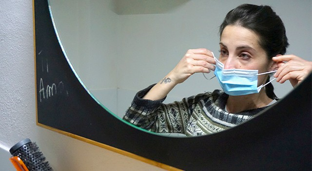La doctora italiana Cecilia Bartalena, se retira la mascarilla facial después de una jornada laboral en la sala de emergencias del Hospital Cisanello .