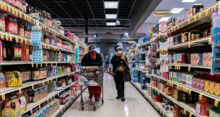 Clientes con sus mascarillas en un supermercado en San Luis, Estados Unidos, el 4 de abril