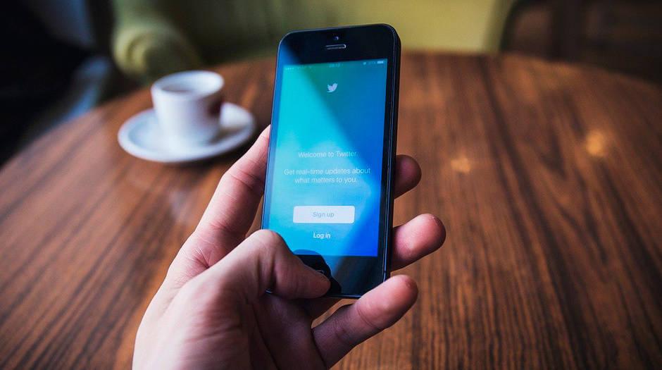 Cuando los algoritmos de la red social detectan comportamientos que generan suspicacias, la empresa busca confirmar si detrás del mensaje está una persona real.