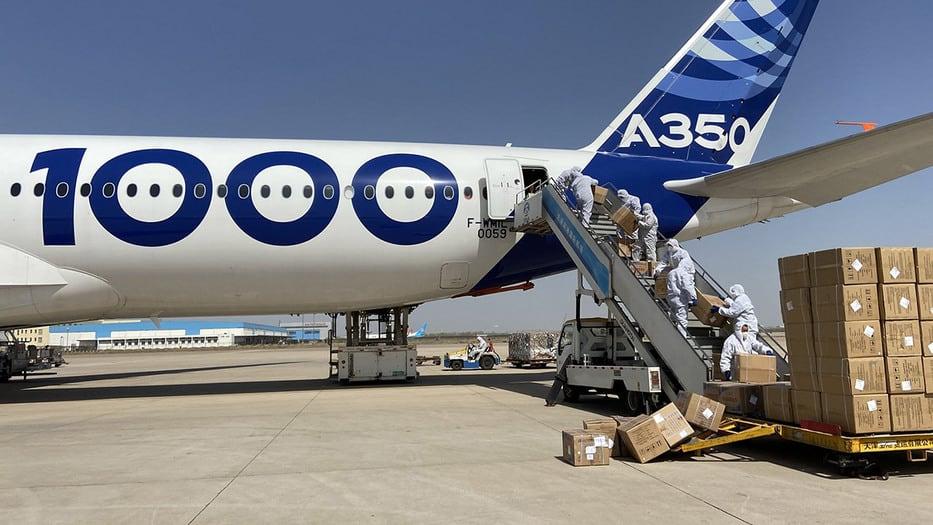 Airbus ha perdido un tercio de su negocio y su presidente, Guillaume Faury, anuncia nuevos ajustes para la sobrevivencia de la compañía que se ha mantenido activa en el transporte de equipos sanitarios