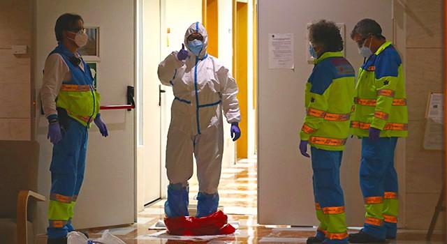 La doctora Cristina Fernandez reacciona positivamente a su equipo, después de haber atentido a un llamado de emergencia.