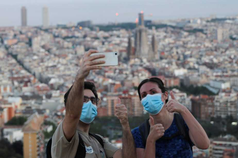 People wearing protective masks take a selfie, as the spread of the coronavirus disease (COVID-19) continues, in Barcelona, Spain May 6, 2020. REUTERS/Nacho Doce