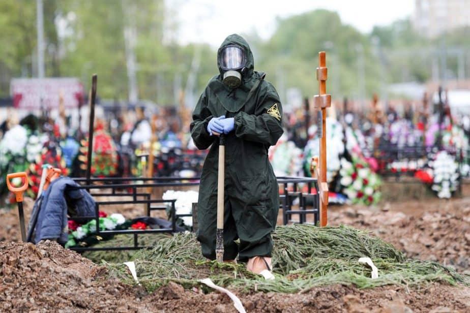 Entierro de una víctima de la COVID-19 en un cementerio en las afueras de Moscú /REUTERS