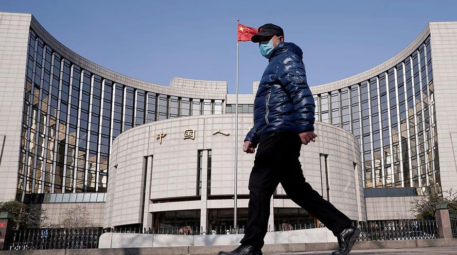Un hombre con una máscara pasa por la sede del Banco Popular de China, el banco central, en Beijing, China, cuando el país se ve afectado por un brote del nuevo coronavirus, el 3 de febrero de 2020. REUTERS / Jason Lee