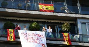 La gente aplaude desde sus balcones en apoyo a los trabajadores de la salud, ya que se espera que sea el último día de aplausos, en medio del brote de la enfermedad por coronavirus (COVID-19), en Madrid, España, 17 de mayo de 2020. REUTERS / Sergio Pérez.