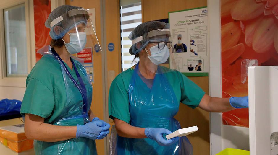 Stella Burns, especialista en enfermería clínica principal, y Frances Hall, reumatóloga consultora preparan medicamentos para un paciente que participa en el ensayo TACTIC-R en el hospital de Addenbrooke en Cambridge, Gran Bretaña, 21 de mayo de 2020. Kirsty Wigglesworth / Pool a través de REUTERS / Foto referencial