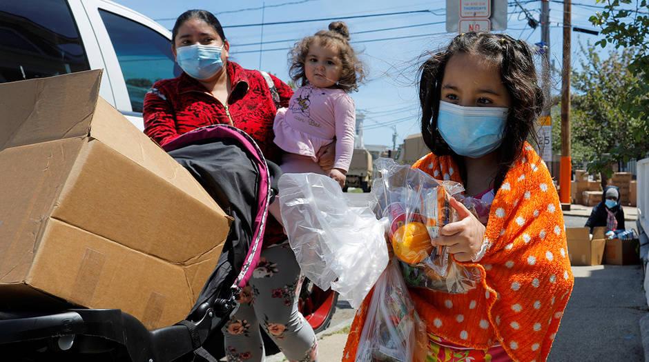 Una familia se lleva víveres gratis de una despensa emergente en medio del brote de la enfermedad del coronavirus (COVID-19) en Chelsea, Massachusetts, EE. UU., 19 de mayo de 2020. REUTERS / Brian Snyder