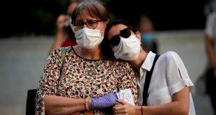 Los familiares de un paciente que padece COVID-19 reaccionan, mientras los miembros del personal del hospital de La Paz asisten a una protesta para pedir más personal de salud en hospitales, atención primaria y hogares de ancianos, en medio del brote de la enfermedad por coronavirus (COVID-19) en Madrid, España, 25 de mayo de 2020. REUTERS / Juan Medina