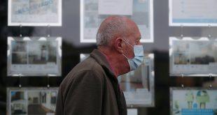 Un hombre con una máscara protectora pasa frente a una agencia inmobiliaria durante el brote de la enfermedad del coronavirus (COVID-19) en Madrid, España, 24 de abril de 2020. Fotografía tomada el 24 de abril de 2020. REUTERS / Susana Vera / File Photo