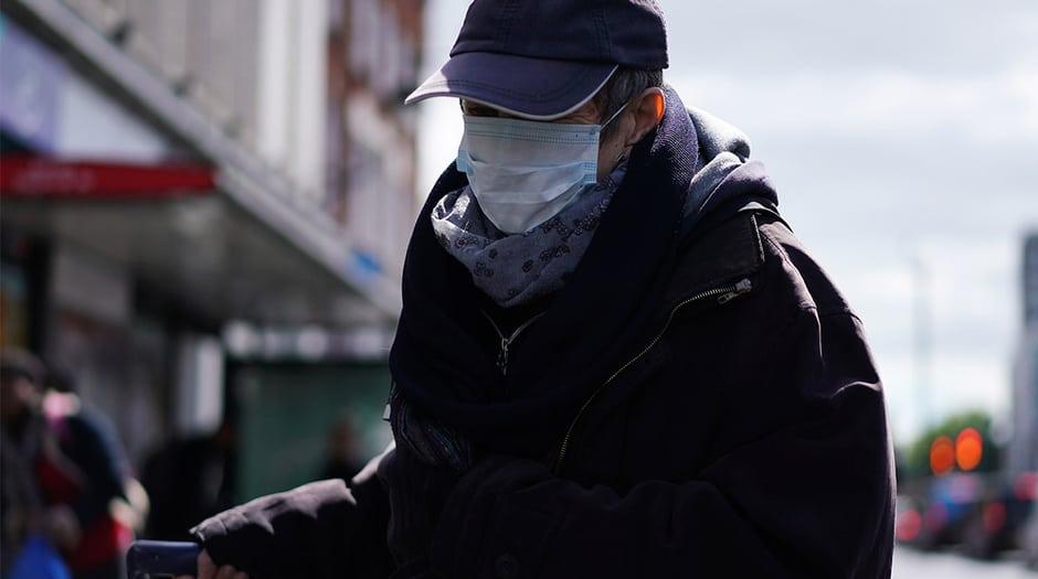 Una persona con una máscara protectora en Brixton luego del brote de la enfermedad por coronavirus (COVID-19), Londres, Gran Bretaña, 14 de mayo de 2020. REUTERS / Henry Nicholls