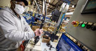 Un respirador motorizado purificador de aire, producido con 3M para trabajadores de la salud que tratan la COVID-19, está construido en las instalaciones de Ford Motor Co en Vreeland, cerca de Flat Rock, Michigan, EE. UU., 20 de abril de 2020.