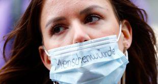 Una enfermera, que escribió en su máscara protectora Dignidad humana, se manifiesta frente al Ministerio de Salud, por un salario más alto y mejores condiciones de trabajo, en medio del brote de la enfermedad por coronavirus (COVID-19) en Berlín, Alemania, el 12 de mayo de 2020
