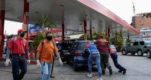Las pocas estaciones de servicios operativas están militarizadas y en muchas el litro de gasolina se comercializa entre dos y tres dólares