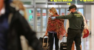 Un oficial de la guardia civil con una máscara protectora hace gestos mientras habla con los pasajeros en el aeropuerto Josep Tarradellas de Barcelona-El Prat, luego de que el gobierno español anunciara que a partir del 15 de mayo todas las personas que ingresen a España tendrán que permanecer en cuarentena durante dos semanas, en medio de la enfermedad por coronavirus. (COVID-19) brote en Barcelona, España 14 de mayo de 2020. REUTERS / Nacho Doce