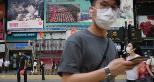 La gente pasa frente a una pantalla de televisión que muestra noticias sobre la aprobación de la ley de Seguridad Nacional de Hong Kong en Beijing, en Hong Kong, China, 28 de mayo de 2020. REUTERS / Tyrone Siu