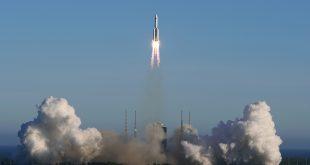 El cohete portador Long March 5B despega del Centro de Lanzamiento Espacial Wenchang en Wenchang, Hainan