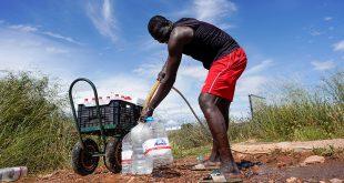 Un migrante de Senegal llena botellas con agua en un barrio pobre conocido como Nazareno, durante el brote de la enfermedad del coronavirus (COVID-19) en Níjar, en la región española del sur de Almería, España, 28 de abril de 2020. Fotografía tomada el 28 de abril de 2020. REUTERS / Juan Medina