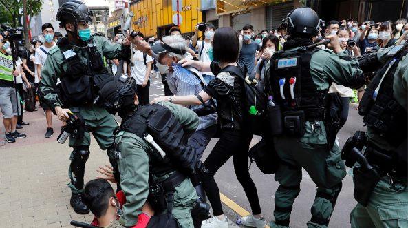 Manifestantes antigubernamentales se pelean con la policía antidisturbios durante una protesta a la hora del almuerzo en Hong Kong, China, el 27 de mayo de 2020. REUTERS / Tyrone Siu / File Photo