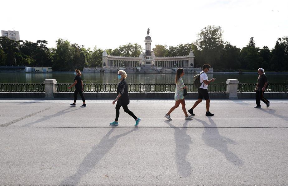 La gente disfruta del clima soleado en el Parque del Retiro en medio del brote de la enfermedad del coronavirus (COVID-19) en Madrid