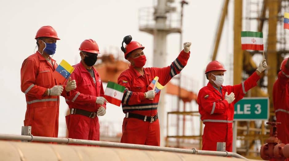 """Los trabajadores de la compañía petrolera estatal Pdvsa que sostienen banderas iraníes y venezolanas, saludan durante la llegada del buque cisterna iraní """"Fortune"""" a la refinería El Palito en Puerto Cabello, Venezuela, 25 de mayo de 2020. Palacio de Miraflores / Folleto vía REUTERS ATTENTION EDITORS - THIS LA IMAGEN FUE PROPORCIONADA POR TERCEROS. / Foto de archivo"""