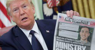 El presidente de los Estados Unidos, Donald Trump, muestra una portada del New York Post mientras habla con los periodistas de una orden ejecutiva sobre las redes sociales, en la Oficina Oval de la Casa Blanca en Washington, EE. UU., 28 de mayo de 2020. REUTERS / Jonathan Ernst / Foto de archivo