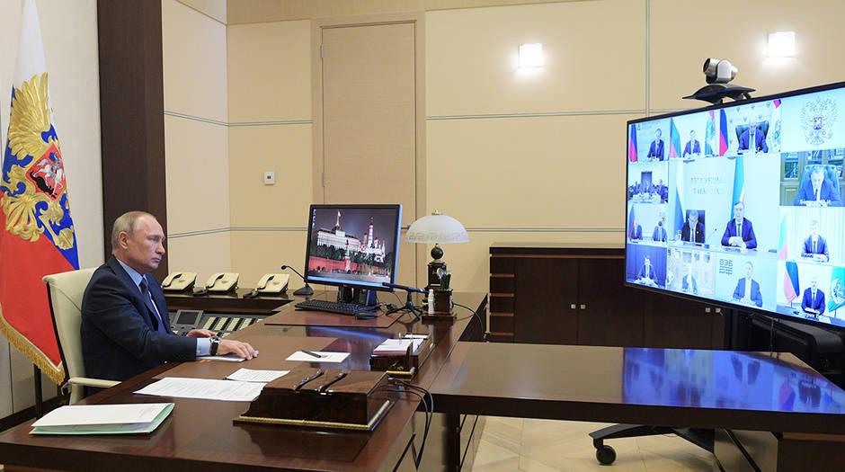 El presidente de Rusia, Vladimir Putin, durante una reunión telemática desde las afueras de Moscú