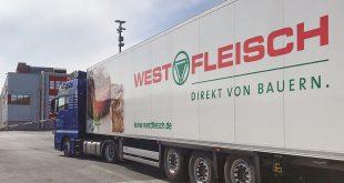 """Un camión conduce a las instalaciones de la fábrica de carne """"Westfleisch"""", en medio del brote de la enfermedad del coronavirus (COVID-19) en Coesfeld, cerca de Münster, Alemania, el 8 de mayo de 2020. REUTERS / Stephane Nitschke"""