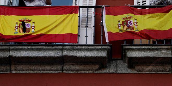 manifestantes con bandera de España