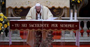 Francisco exaltó la labor de sacerdotes y médicos como buenos pastores
