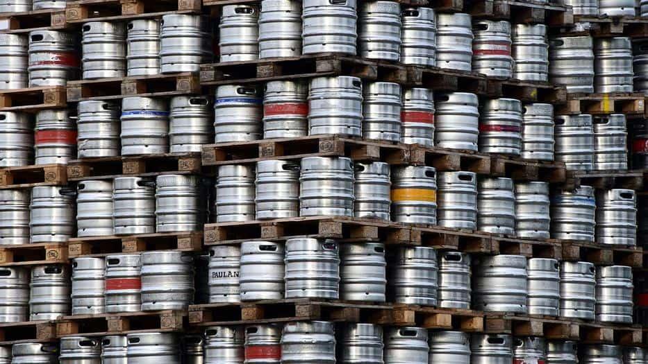 La pesadilla de los cerveceros: arrojan miles de barriles al desagüe