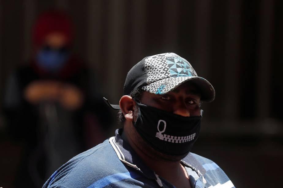 Empresa belga cambia de rumbo para coser mascarillas a población sorda / Foto REUTERS/Amr Abdallah Dalsh