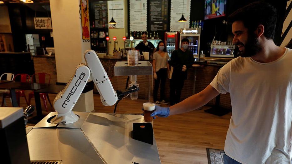 Un barman robótico sirve cervezas en Sevilla