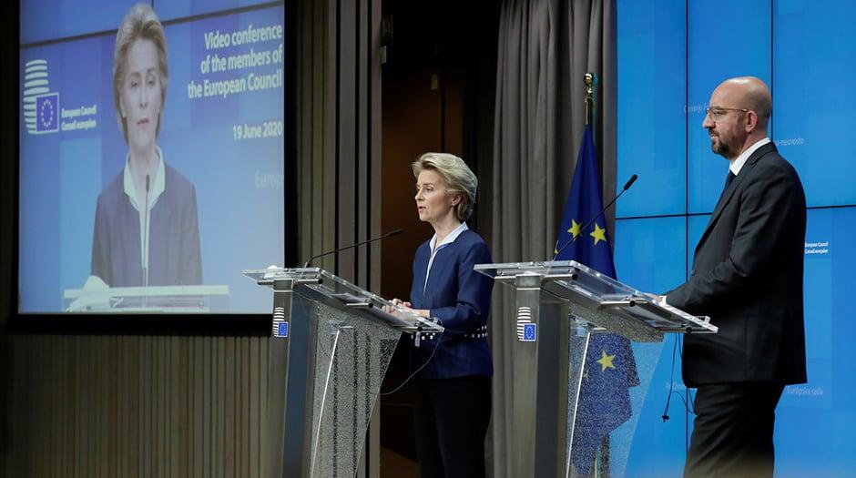 La presidenta de la Comisión Europea, Ursula von Der Leyen, y el presidente del Consejo Europeo, Charles Michel, después de la cumbre europea en formato de videoconferencia, en Bruselas, Bélgica. 19 de junio de 2020. Olivier Hoslet / Pool a través de REUTERS