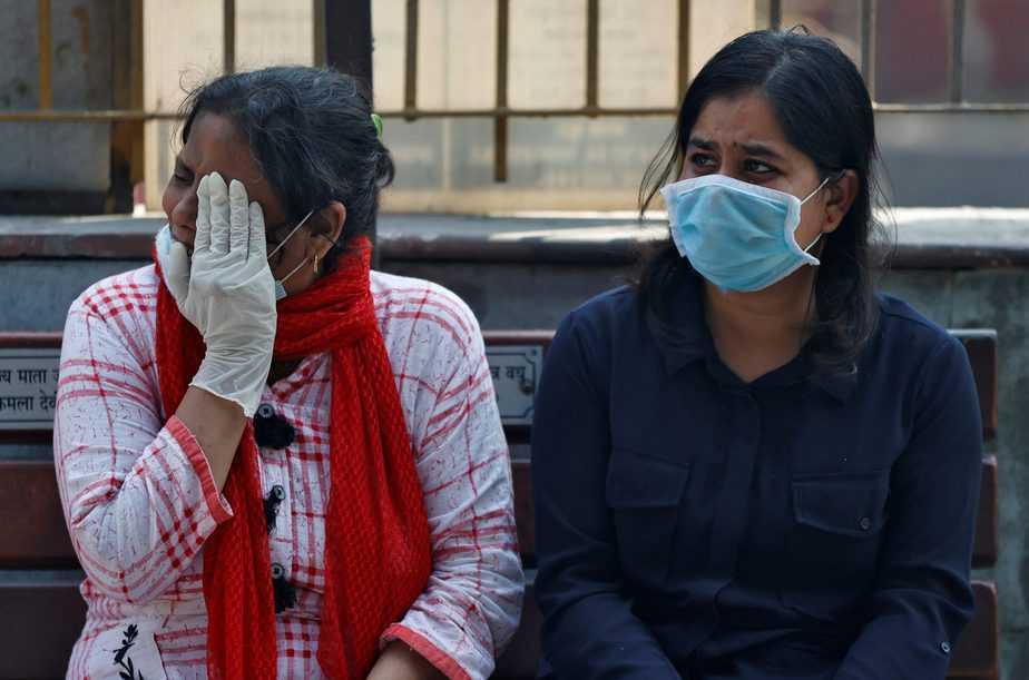 Mientras avanzan las investigaciones por una vacuna contra la COVID-19, también el número de fallecidos aumenta a cada minuto. En la foto los familiares de Virendra Gupta, quien murió a causa de la enfermedad. Cremación en Nigambodh Ghat en Nueva Delhi, India. 1 de junio de 2020. REUTERS / Danish Siddiqui