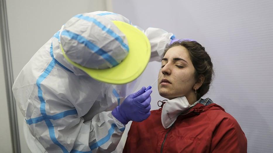 Una mujer se somete a una prueba de detección de la enfermedad por coronavirus (COVID-19) en las instalaciones del Hospital Vall d'Hebron, en Barcelona, España, 11 de junio de 2020. REUTERS / Nacho Doce