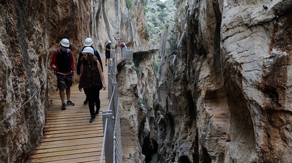 Los visitantes caminan a lo largo del Caminito del Rey (The King's Little Pathway) mientras se reabre al público bajo estrictas medidas de distancia social después de estar cerrado por el bloqueo del coronavirus durante casi tres meses. Ardales-Alora, cerca de Málaga, sur de España 12 de junio de 2020. REUTERS / Jon Nazca