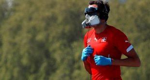 Un corredor con una máscara antigás, protección para los ojos y guantes trota sobre el puente de Westminster mientras continúa la propagación de la enfermedad por coronavirus (COVID-19), en Londres (Gran Bretaña), el 23 de abril de 2020.