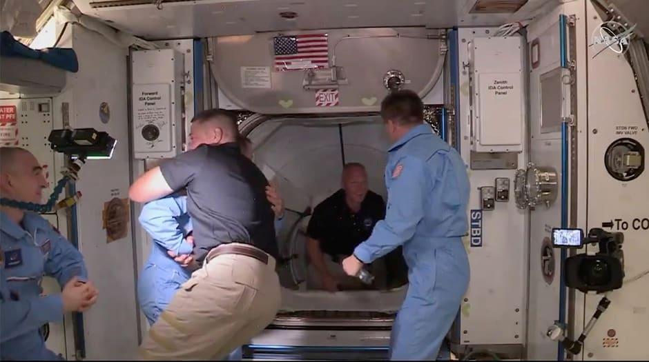 El astronauta de la NASA Bob Behnken y Doug Hurley llegan a la Estación Espacial Internacional a bordo de la cápsula Crew Dragon de SpaceX en esta imagen fija tomada del video 31 de mayo de 2020.