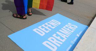 Un letrero en apoyo de DACA Dreamers yace en los pasos de la Corte Suprema de los Estados Unidos, después que la corte se negó a escuchar un desafío de la administración Trump a las leyes de santuario de California, en Washington, D.C., EE. UU., 15 de junio de 2020. REUTERS / Tom Brenner
