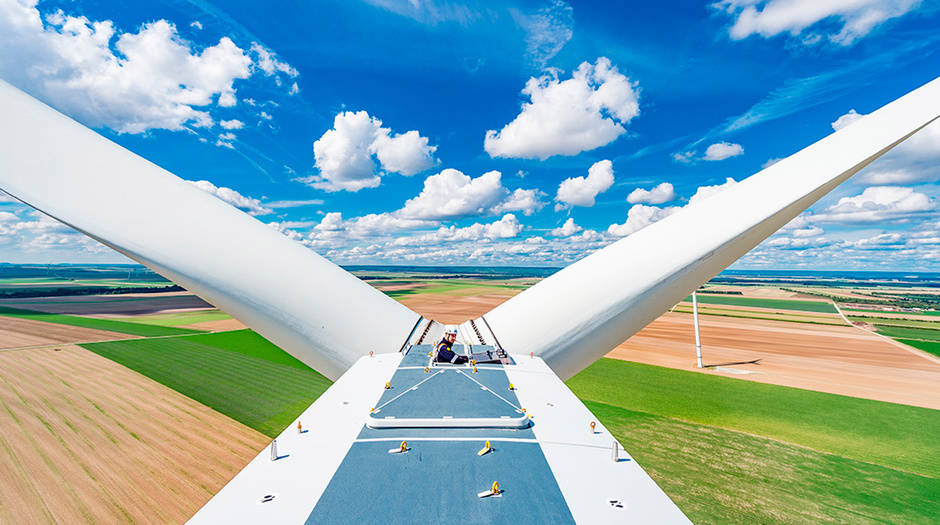 Actúa como productor capaz de generar energía procedente de soluciones verdes y, a la vez, la compañía cuenta con la habilidad para gestionar soluciones complejas que marcan el valor diferencial.