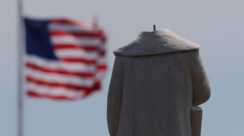La cabeza de una estatua de Cristóbal Colón fue arrancada en medio de protestas contra la desigualdad racial tras la muerte de George Floyd en Minneapolis en Boston, Massachusetts, EE. UU., 10 de junio de 2020. REUTERS / Brian Snyder
